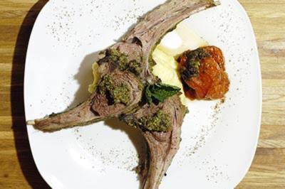 Tekuiti–Lammrippchen an zartgrüner Mintpate mit Kartoffelpüree - Rezept