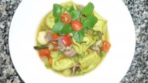 Rindfleischsuppe mit chinesischem Gemüse und grünen Spargeltortelloni - Rezept