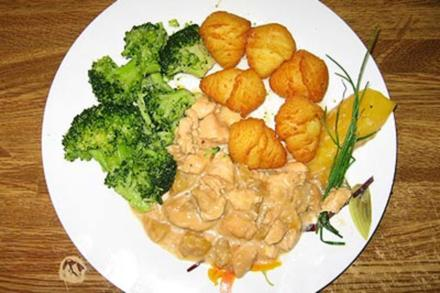 Putenfleisch in Mango–Pfeffersahne mit Kroketten und Brokkoli - Rezept