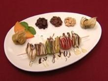 Farbenfrohe Fruchtspieße mit weißen und braunen Choco-Crossies (Yvonne de Bark) - Rezept