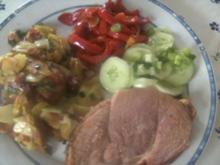 Bratkartoffeln mit  Paprikagemüse Gurkensalat  und - Rezept