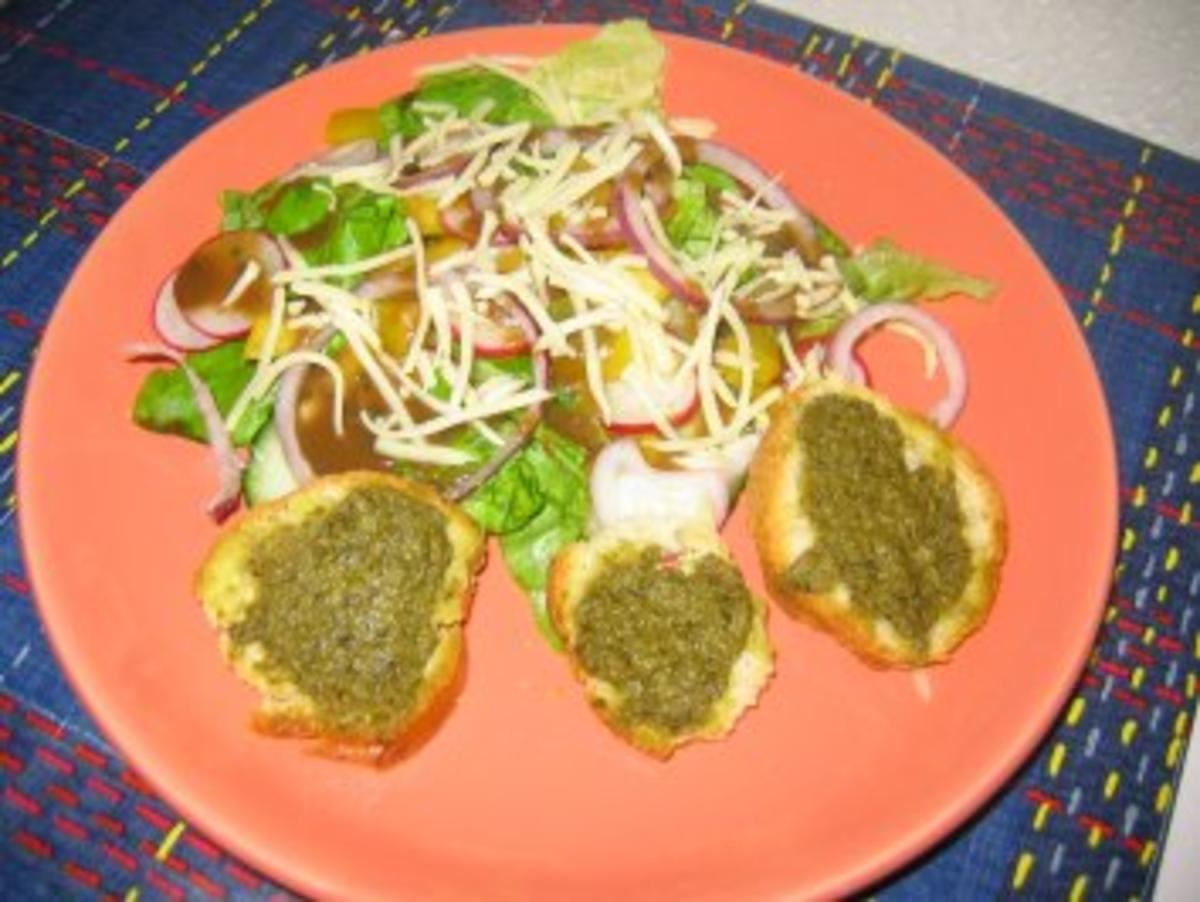 Bunter Salat an Balsamico-Essig mit Pesto-Baguette - Rezept von luudje