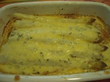 Spargel legt sich auf Putenschnitzel und wird mit  Käsesoße überbacken - Rezept