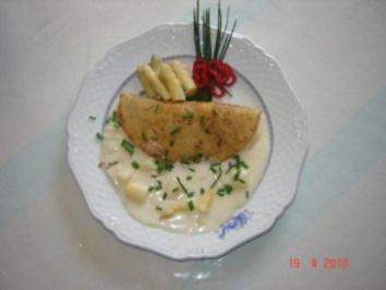 Pfannkuchen + Crepes : Pfannkuchen mit Spargel in Sekt-Sahne-Soße - Rezept