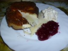 Camembert gebraten mit Preiselbeeren und Schlagsahne - Rezept