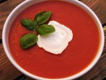 Frische, Selbstgemachte Tomatensuppe mit Goldwürfeln - Rezept