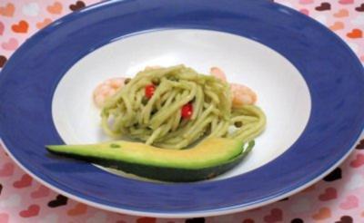 Spaghetti-Avocado-Salat mit Garnelen und Chili - Rezept