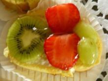 Zitronen-Joghurtrolle Schnitten mit Obst belegt - Rezept