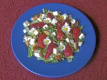 Salat mit Hähnchen, Erdbeeren und Schafskäse - Rezept