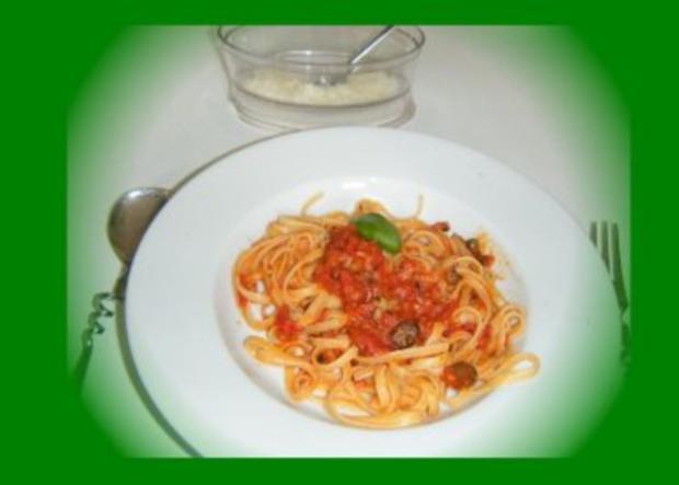 Linguine con pomodori, olive e capperi - Rezept