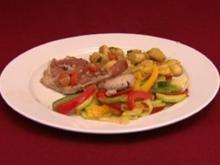 Saltimbocca an Gemüse und gebratenen Gnocchi mit Pesto (Lucy Diakovska) - Rezept