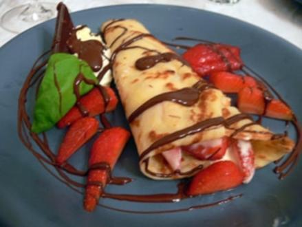 Pfannkuchen mit Vanilleeis, Erdbeeren und Schokolade - Rezept