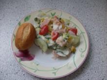 Bunter Salat mit geräucherter Forelle und Joghurt-Bärlauch-Dressing - Rezept