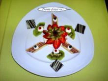 Erdbeeren mit Früchten  auf  gefüllter Wienerkapsel - Rezept