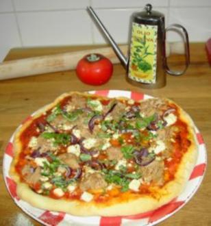 Pizzateig - Belag hier mit Feta, Tunfisch und roten Zwiebeln - Rezept