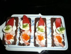 TAPAS/FISCH:Bärenbeißer-Lachs mit Scampi auf Frischkäse - Rezept