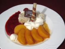Vanilleeis mit Sahnedekor und flambierte Pfirsiche mit Hippenrolle an Himbeersoße - Rezept