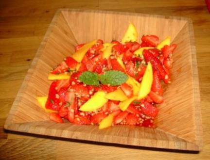 Fruchtiger Mix aus Erdbeeren und Mango mit gerösteten Walnüssen - Rezept