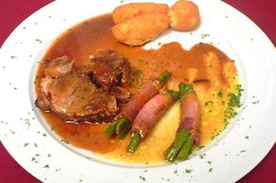 Schweinerollbraten mit Pflaumenjus und 3 grünen Böhnchen im Speck-Schlafrock - Rezept