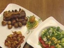 Rumpsteak mit Zwiebeln, Champignons und Kartoffelwürfeln - Rezept
