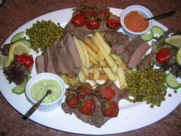 Sirloin Steak mit Brückenpfeiler-Kartoffeln, Erbsen und geschmorten Kirschtomaten - Rezept