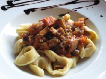 Tortellini an Tomaten-Zwiebel-Sugo - Rezept