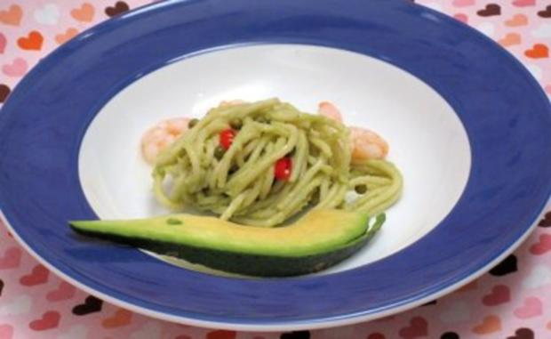 spaghetti avocado salat mit garnelen und chili rezept. Black Bedroom Furniture Sets. Home Design Ideas