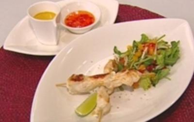 Hähnchenspieße an einem Soßenduo und Thaisalat - Rezept