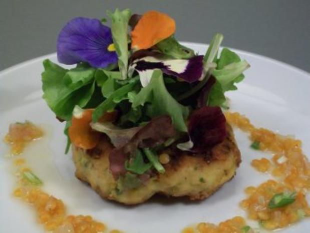 Buletten vom Seeteufel unter Blattsalaten mit lauwarmer roter Linsenvinaigrette - Rezept - Bild Nr. 5