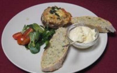 Gefüllter Champignon mit Käse überbacken, dazu frisches Brot - Rezept - Bild Nr. 2