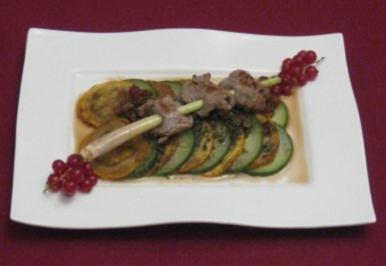 Rezept: Zitronengras-Kalbsfiletspieß auf mariniertem Gurken-Zucchini-Carpaccio