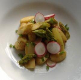 Frühlingssalat von grünen und gebratenem Spargel und neuen Kartoffeln - Rezept