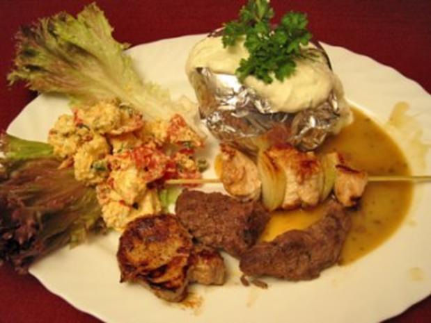 Lamm, Rind, Schwein und Pute an Backkartoffeln mit Alpenschnee auf Lollo Rosso - Rezept - Bild Nr. 2