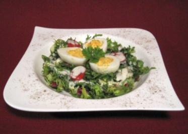 Pikant gefüllte Eier auf Salat - Rezept