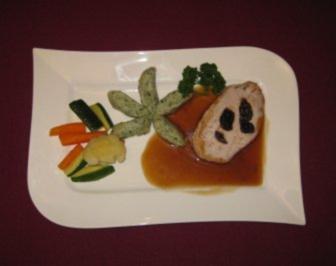 Schweinekotelett im Speck-Mantel mit getrockneten Pflaumen, Klößen u. Gemüse - Rezept - Bild Nr. 2