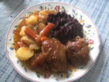 Eisbein geschmort mit Salzkartoffeln und Rotkohl     bei dem Sch....  Wetter passt das. - Rezept