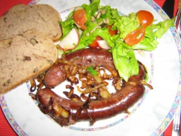 Bauernbratwurst mit gerösteten Zwiebeln und Brot - Rezept