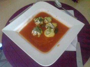 Zucchiniröllchen auf Tomatenspiegel - Rezept