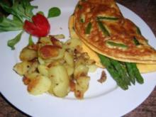 Omelett mit grünem Spargel und Schafskäse sowie Bratkartoffeln - Rezept