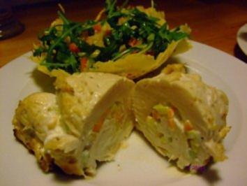 Hähnchenrouladen mit Ziegenfrischkäse und Salat im Chili-Parmesan-Körbchen - Rezept