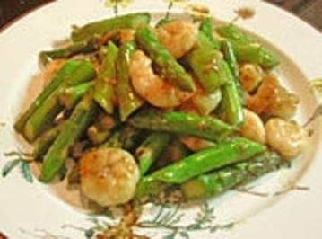 Garnelen mit grünem Spargel und Austernsauce - Rezept