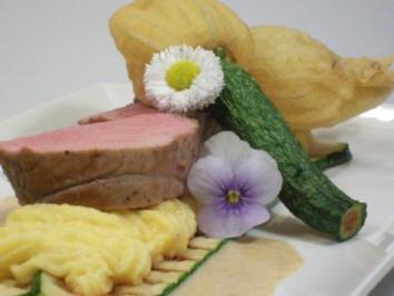Kalbsfilet auf cremiger Trüffelpolenta zu frittierten Zucchiniblüten an Morchelschaum - Rezept