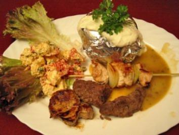 Lamm, Rind, Schwein und Pute an Backkartoffeln mit Alpenschnee auf Lollo Rosso - Rezept