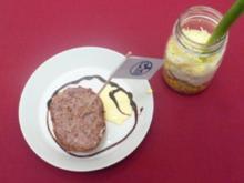 Schichtsalat und gegrillte Mettbrötchen - Wanne-Eickler Gedeck - Rezept - Bild Nr. 2