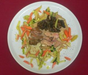 Schottisches Perlhuhn mit Morchelsoße auf Gemüse aus dem Wok - Rezept - Bild Nr. 2