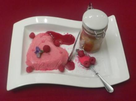 Kuchen im Glas mit Cassissoße und pinken Blüten - Rezept - Bild Nr. 2