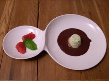 Basilikum-Limonen-Mousse an Schoko-Balsamico-Soße und Erdbeeren - Rezept