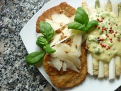 Parmesanschnitzel mit weissem Spargel an Pistazien-Frühlingszwiebel-Hollandaise - Rezept