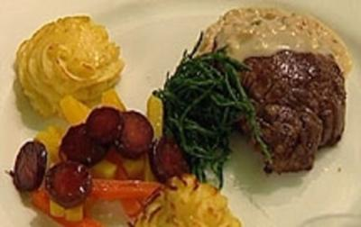 Tournedos in Krebsrahmsoße mit Herzoginkartoffeln und Dreierlei Karotten - Rezept