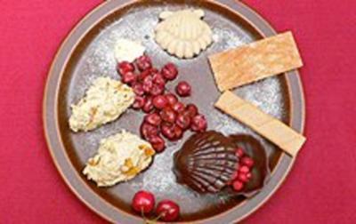 Rezept: Quarkspeise Pasha mit Fruchtsoße, Rosenzucker und Keksen